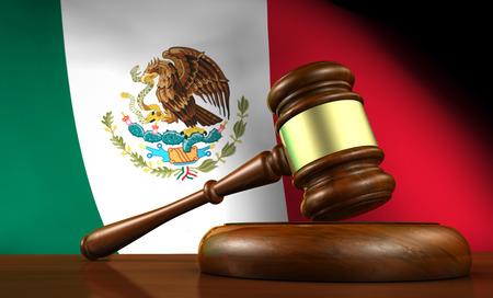 bandera de mexico: Ley y justicia del concepto de México con una representación 3D de un martillo sobre un escritorio de madera y la bandera mexicana en el fondo. Foto de archivo