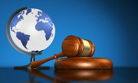 Internationaal recht systemen, rechtvaardigheid, mensenrechten en mondiale business onderwijs concept met kaart van de wereld op een school wereldbol en een hamer op een bureau op een blauwe achtergrond.
