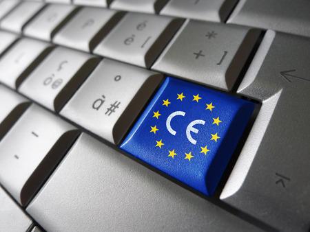 Europäische Union und EU-Gemeinschaft CE-Kennzeichnung Konzept mit Zeichen, Symbol und EU-Flagge auf einem Computer-Taste.