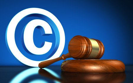simbolo: Leggi sulla proprietà intellettuale e diritto d'autore digitale illustrazione concettuale con simbolo del copyright e l'icona e un martello su sfondo blu. Archivio Fotografico