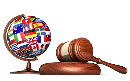 Internationaal recht systemen, rechtvaardigheid, mensenrechten en mondiale business onderwijs concept met wereld vlaggen op een school wereldbol en een hamer op een bureau op een witte achtergrond.