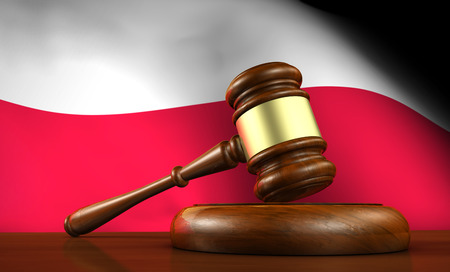 bandera de polonia: Ley y justicia de Polonia concepto con un 3d rinden de un martillo sobre un escritorio de madera y la bandera polaca en el fondo.