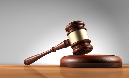 orden judicial: Juez, ley, abogado y el concepto de Justicia con un 3d de un martillo sobre un escritorio de madera con fondo gris.