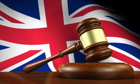 Uk Recht und Gerechtigkeit Konzept mit einer 3D-Darstellung von einem Hammer auf einem hölzernen Schreibtisch und der Union Jack-Flagge im Hintergrund.