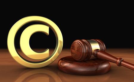 Los derechos de autor de propiedad intelectual y derechos de autor digitales leyes ilustración conceptual con el símbolo y el icono y un martillo en fondo negro. Foto de archivo