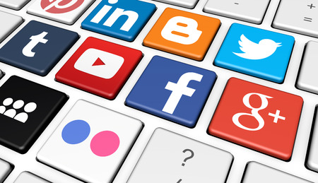MILAN, ITALIE - 7 décembre 2015: logotypes des célèbres Internet des médias sociaux et de la marque de réseau social est comme Facebook, Twitter, Linkedin, YouTube, Google Plus et Myspace imprimés sur un clavier d'ordinateur.