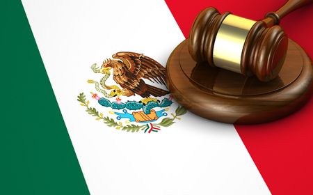 constitucion: Las leyes de México, el sistema legal y el concepto de la justicia con un 3d rinden de un martillo y la bandera mexicana en el fondo.