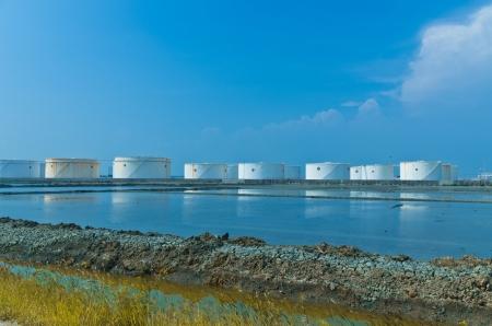 푸른 하늘이 탱크 팜의 화이트 오일 탱크 스톡 콘텐츠