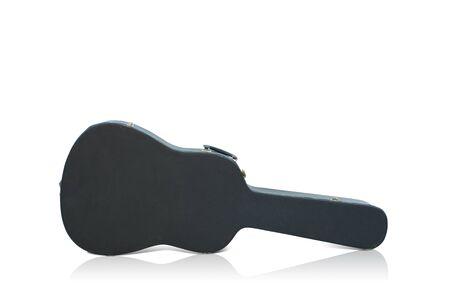 guitar case: La funda de la guitarra vieja en el fondo blanco Foto de archivo