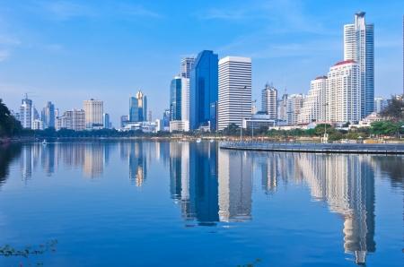 스카이 라인의 반사, 태국 황혼에서 방콕의 풍경입니다. 스톡 콘텐츠