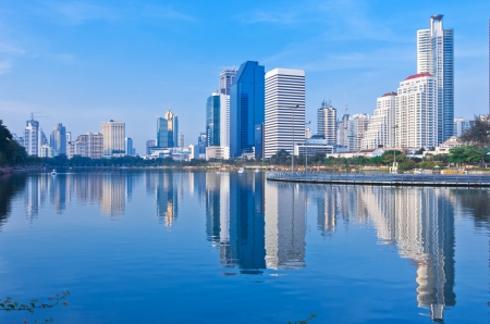Bangkok Stadtbild in der Dämmerung mit Reflexion der Skyline, Thailand. Standard-Bild - 16393662