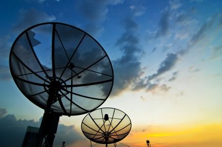 황혼의 위성 접시 안테나 통신 기술 네트워크에서 스톡 콘텐츠