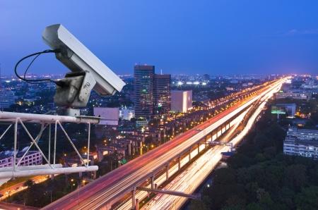 セキュリティ カメラは、トラフィックの動きを検出します。高層ビルの屋上。 写真素材 - 18344690