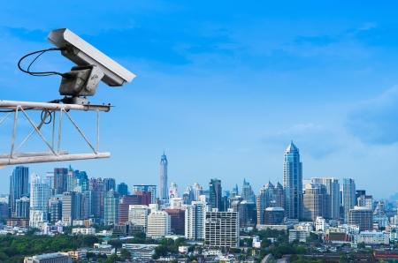 monitoreo: Seguridad c�mara detecta el movimiento del tr�fico. Rascacielos en la azotea.