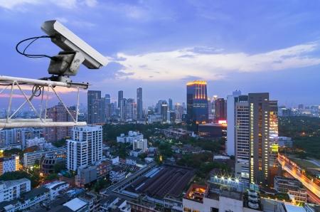 Sicherheits-Kamera erkennt die Bewegung des Verkehrs. Hochhausdach. Standard-Bild - 18334204