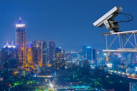 při pohledu na fotoaparát: Bezpečnostní kamera detekuje pohyb provozu. Skyscraper střeše.