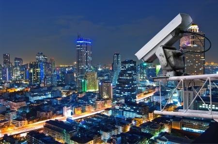 Sécurité appareil photo détecte le mouvement du trafic. Gratte-ciel sur le toit. Banque d'images