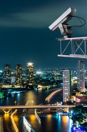 Sicherheits-Kamera erkennt die Bewegung des Verkehrs. Hochhausdach. Standard-Bild - 18344663