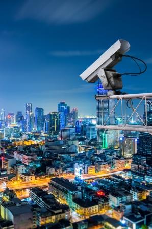 Seguridad cámara detecta el movimiento del tráfico. Rascacielos en la azotea.