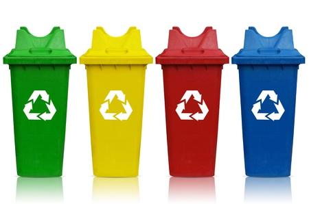 Tipos de contenedores de reciclaje con el cubo verde, amarillo, rojo y azul. Foto de archivo - 19264407