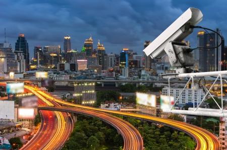 Sicherheits-Kamera erkennt die Bewegung des Verkehrs. Hochhausdach. Standard-Bild - 23416748