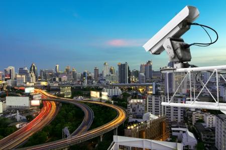 Sicherheits-Kamera erkennt die Bewegung des Verkehrs. Hochhausdach. Standard-Bild - 24886955