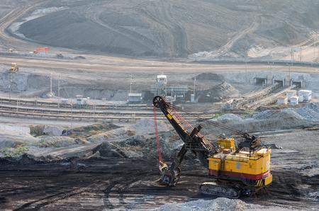 Maquinaria pesada de excavación de minas de carbón Mae Moh en Lampang Foto de archivo - 57865442