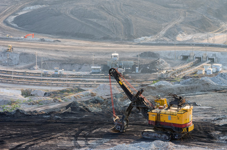 maquinaria pesada: Maquinaria pesada de excavación de minas de carbón Mae Moh en Lampang Foto de archivo