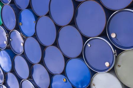 barril de petróleo: Las pilas de viejos tanques de petróleo para el fondo y la textura.