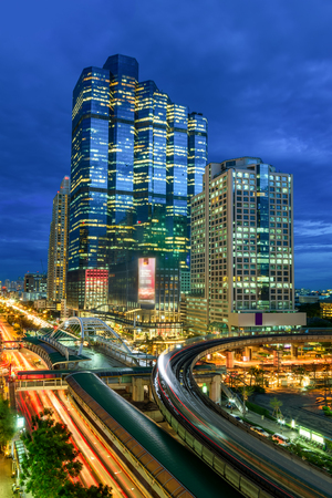 Modern building at night. Traffic in the business district The Skytrain station Chong Nonsi Archivio Fotografico