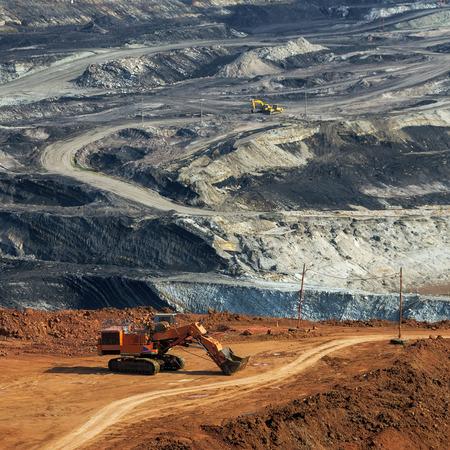 camion minero: Maquinaria pesada de excavación de minas de carbón Mae Moh en Lampang en el Punto de Vista.