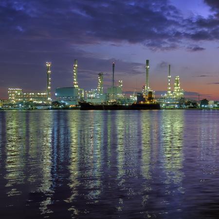 destilacion: Fábrica de refinería de petróleo panorámica en Crepúsculo. Río de Chao Phraya en Bangkok, Tailandia. Foto de archivo