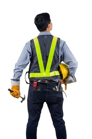 Asiatischer Ingenieur hinten mit dem Überlastungswerkzeug lokalisiert auf weißem Hintergrund mit Beschneidungspfad. Standard-Bild - 70853925