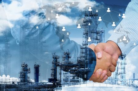 Double exposition de la poignée de main de l'homme d'affaires sur fond de commerce industriel, concept de connexions, éléments de cette image fournis par la NASA.
