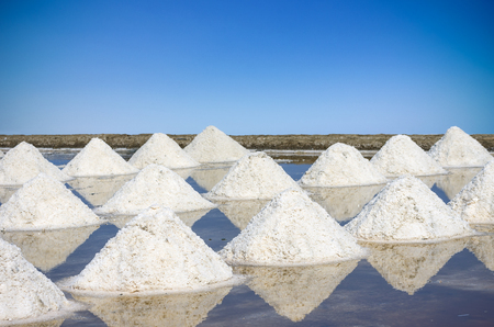The mass of salt farm salt, sea salt. Before changing the color of the sea salt.