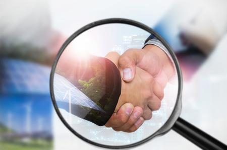 虫眼鏡でビジネスを調べる概念を調べること。 写真素材 - 72653990