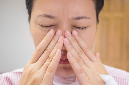 sinusitis: Female patients with nose pain in the hospital room.