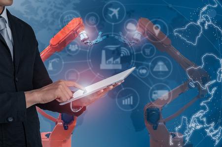 インダストリー4.0コンセプト、インターネットを制御するインテリジェントファクトリー。スマートフォンを使用して、アイコンフローの自動化と