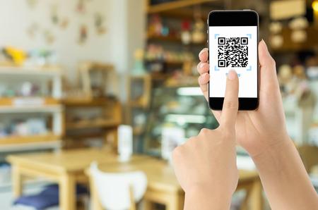 Pago a través de CÓDIGO QR realista en pantalla blanca, compras en línea, tecnología de concepto de pago mediante aplicación móvil para escanear código de barras.