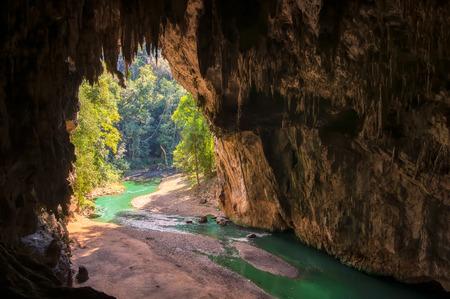 À la fin de la grotte à l'intérieur de la grotte de Tham Lod Pai, Maehongson, la grotte de Tham Lod est l'une des grottes les plus étonnantes de Thaïlande.