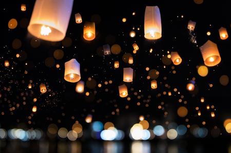 Loy krathong en Yi Peng Festival gevuld hemel met lantaarn in Chiang Mai Thailand.
