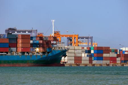 Logistica e trasporto di navi da carico internazionali container nell'oceano, importazione, esportazione, logistica e trasporto merci, spedizione.