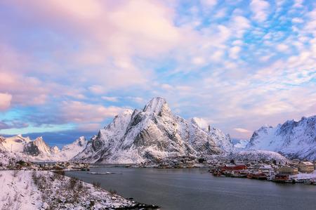 Hermosa vista del pintoresco paisaje invernal del archipiélago de las islas Lofoten, hermoso paisaje de montaña en invierno Noruega, Escandinavia.
