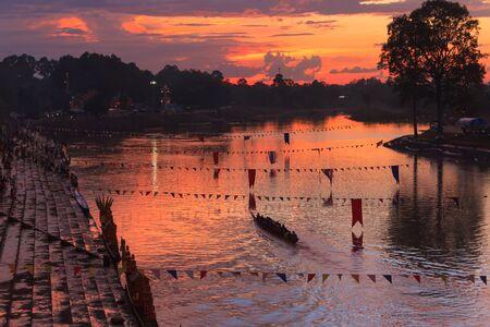 bateau de course: The traditional long boat racing at Satuek District Buriram Province of Thailand. Banque d'images