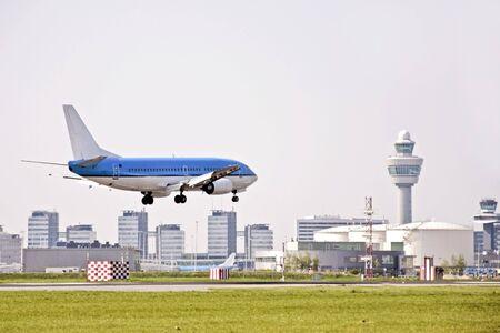 Vliegtuig landing op de luchthaven Schiphol in Nederland Stockfoto - 3942919