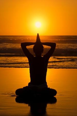 Meditatie, Liefde en contemplatie, yoga bij zonsondergang op het strand
