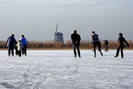 Schaatsen op een koude winterday op een bevroren meer in Nederland Stockfoto