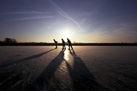 Schaatsen op de zons ondergang in Nederland