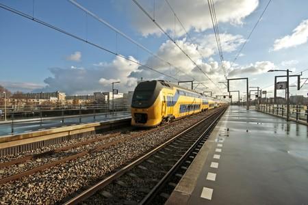 Trein aankomt op Bijlmerstation in Amsterdam, Nederland