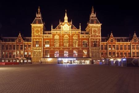 Estación Central de Amsterdam de los Países Bajos en la noche Foto de archivo